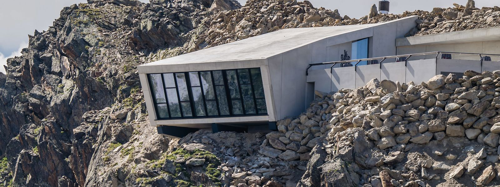 """Im Inneren eine Multimedia-Ausstellung, draußen raue Berglandschaft: Die Erlebniswelt """"007 Elements"""" auf dem Gipfel des Gaislachkogl kann nur mit der Seilbahn erreicht werden."""