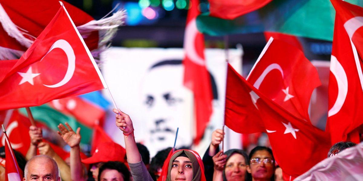 Erdogan-Anhänger in Istanbul: Das harte Durchgreifen des türkischen Präsidenten hat die Beitrittsverhandlungen stocken lassen.