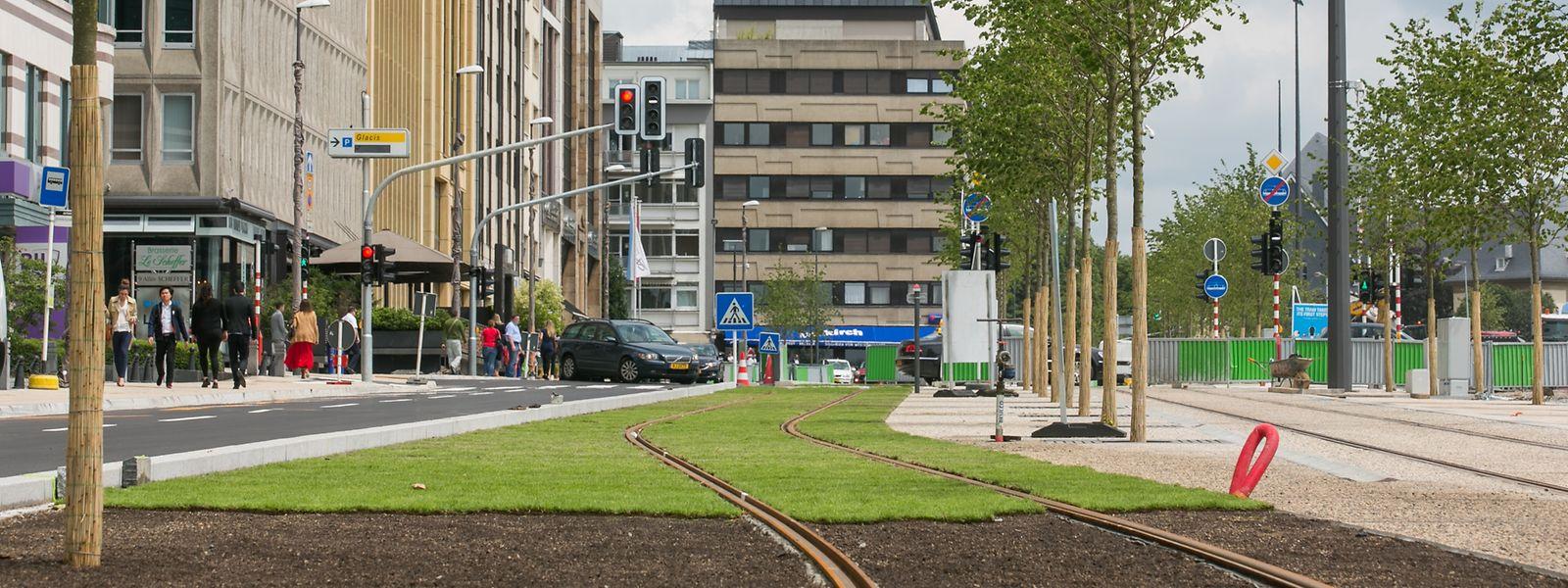 Während der Schobermesse ist auf dem Glacis nur ein Gleis in Betrieb. Der Bereich um das zweite Gleis wird für die Verkaufsstände benötigt.