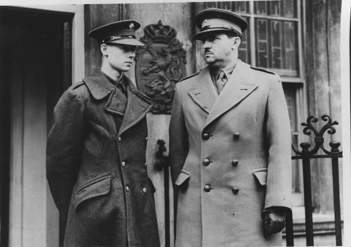 Avec son père, le prince Felix, à Londres en 1943.
