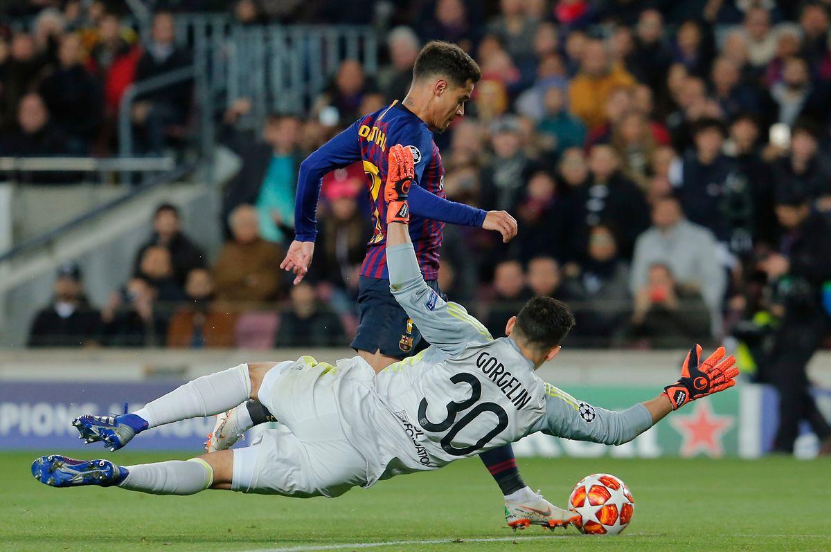 Barcelonas Philippe Coutinho schenkte Lyons Torhüter Mathieu Gorgelin ein Tor ein.