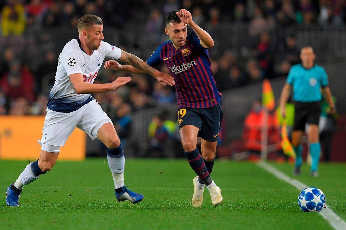 Le défenseur belge de Tottenham, Toby Alderweireld (à g.) défie Munir El Haddadi (FC Barcelone, à dr.)