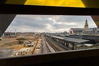 Dort, wo sich bis vor einem Jahr die Zentralwerkstatt der CFL befand, ist nun Platz für zwei zusätzliche Quais. Vor wenigen Wochen sind die Arbeiten angelaufen. Abgesehen von den Bahnsteigen entsteht auch eine neue Passerelle. Die Unterführungen werden derweil verlängert.