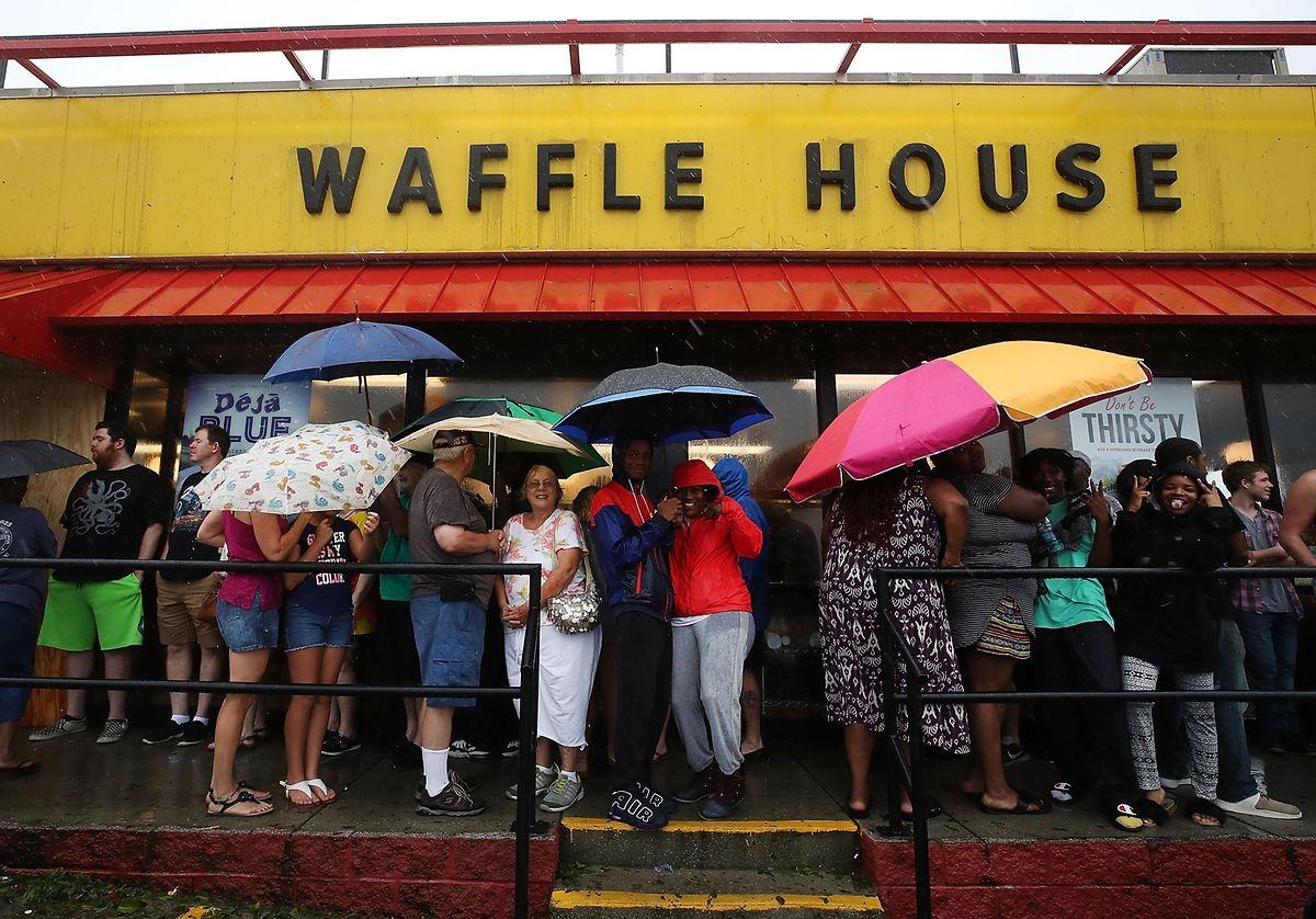 Menschen in Wilmington (North Carolina) suchen Schutz vor dem Regen.
