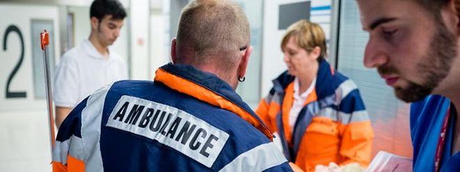 Notdienst-Mitarbeiter versorgen einen Patienten.