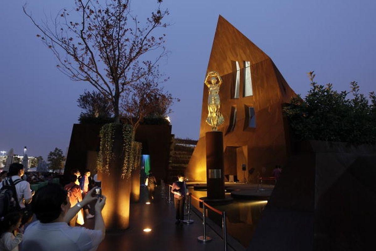 A l'exposition universelle de Shanghai, la «femme en or» attire visiteurs et photographes tel un aimant.