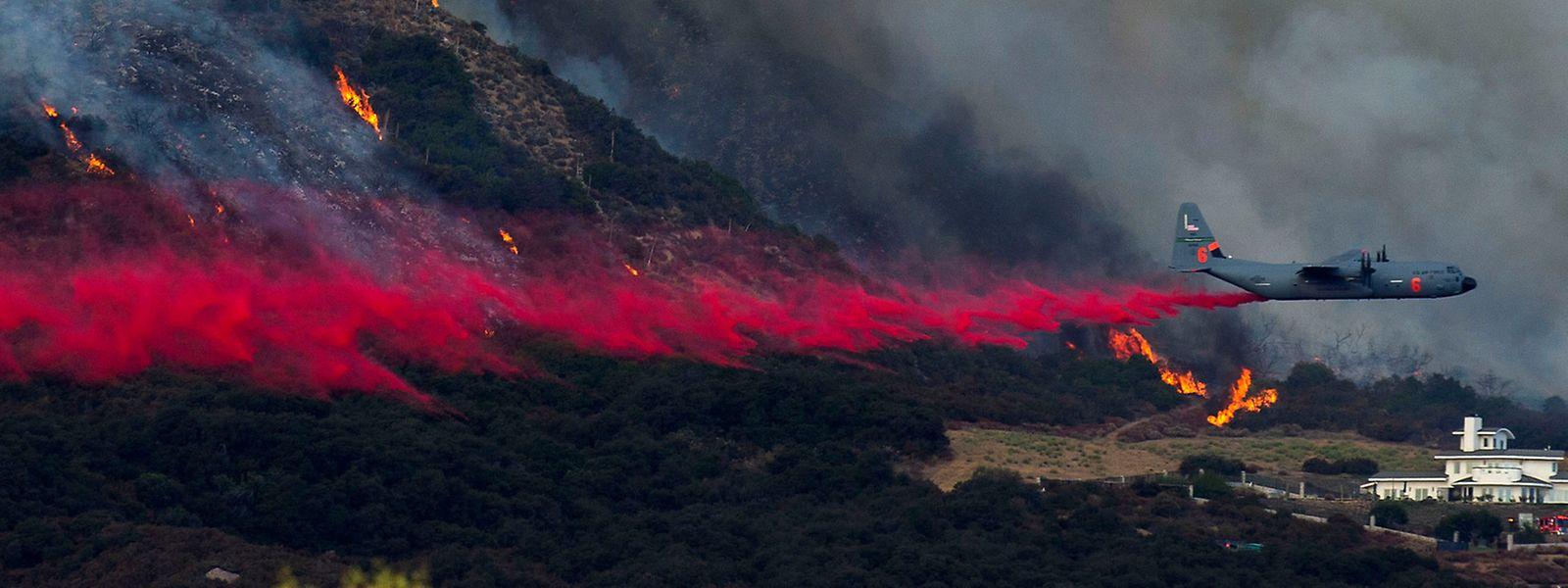 Ein Löschflugzeug ist in der Nähe des San Bernardino National Forest beim El Dorado Feuer im Einsatz.
