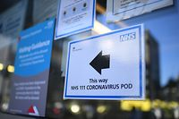 A sign points the way to a NHS 111 Coronavirus Pod at The Royal London Hospital in London on March 23, 2020. - Prime Minister Boris Johnson warned on Sunday he may impose tougher controls on the British public as packed parks, markets and cafes at the weekend showed thousands of people defying government warnings about social distancing. The PM gave notice of potential tougher action as the latest health department figures revealed that 281 people had now died from COVID-19 in the UK, an increase of almost 50 fatalities in the past 24 hours, and there are 5,683 confirmed cases. (Photo by DANIEL LEAL-OLIVAS / AFP)