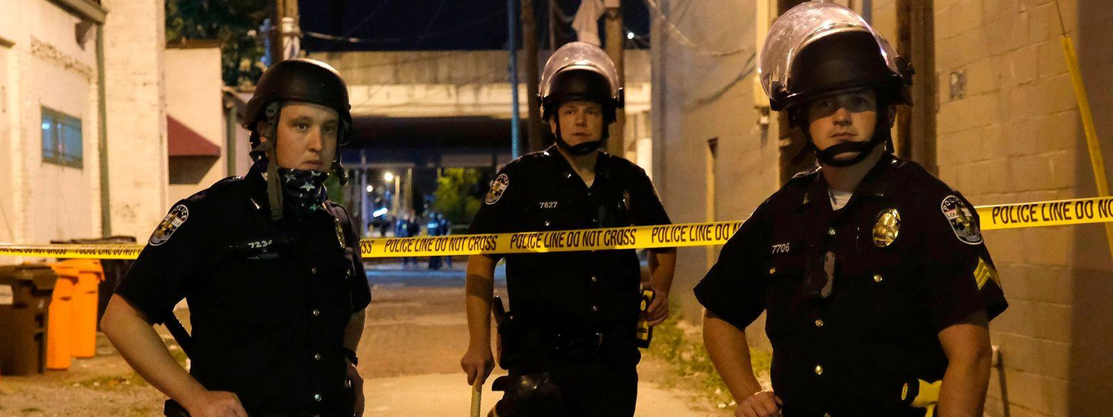 Polizisten in der Nähe des Tatorts in Louisville, auf dem zwei Polizisten angeschossen wurden.