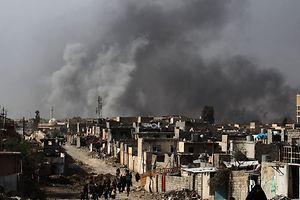 Au bas de la photo, on peut voir des civils irakiens quittant le quartier de Nablous à Mossoul-Ouest, sous les feux croisés de Daech et de l'armée irakienne.