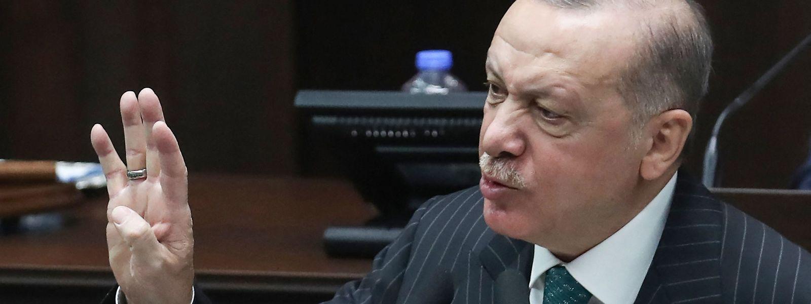 Das Dekret des Präsidenten Recep Tayyip Erdogan wurde in der Nacht zu Samstag im Amtsblatt veröffentlicht.
