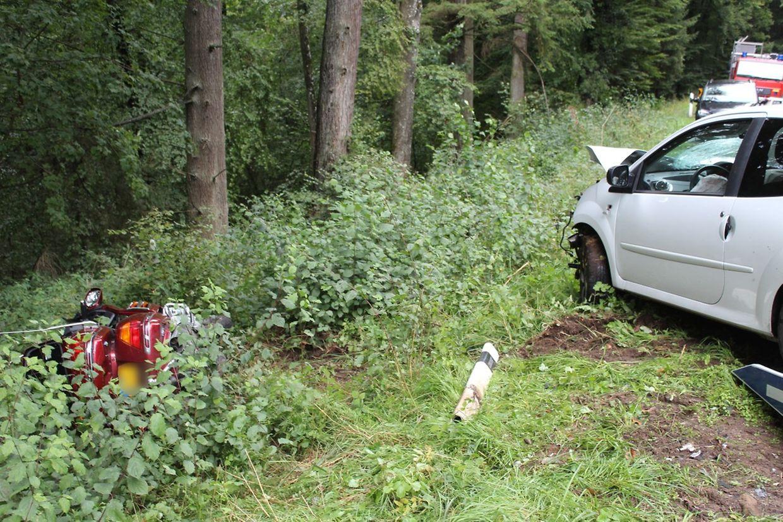 Die Autofahrerin hatte im Kurvenbereich die Kontrolle über ihren Wagen verloren und einen entgegenkommenden Motorradfahrer erfasst.