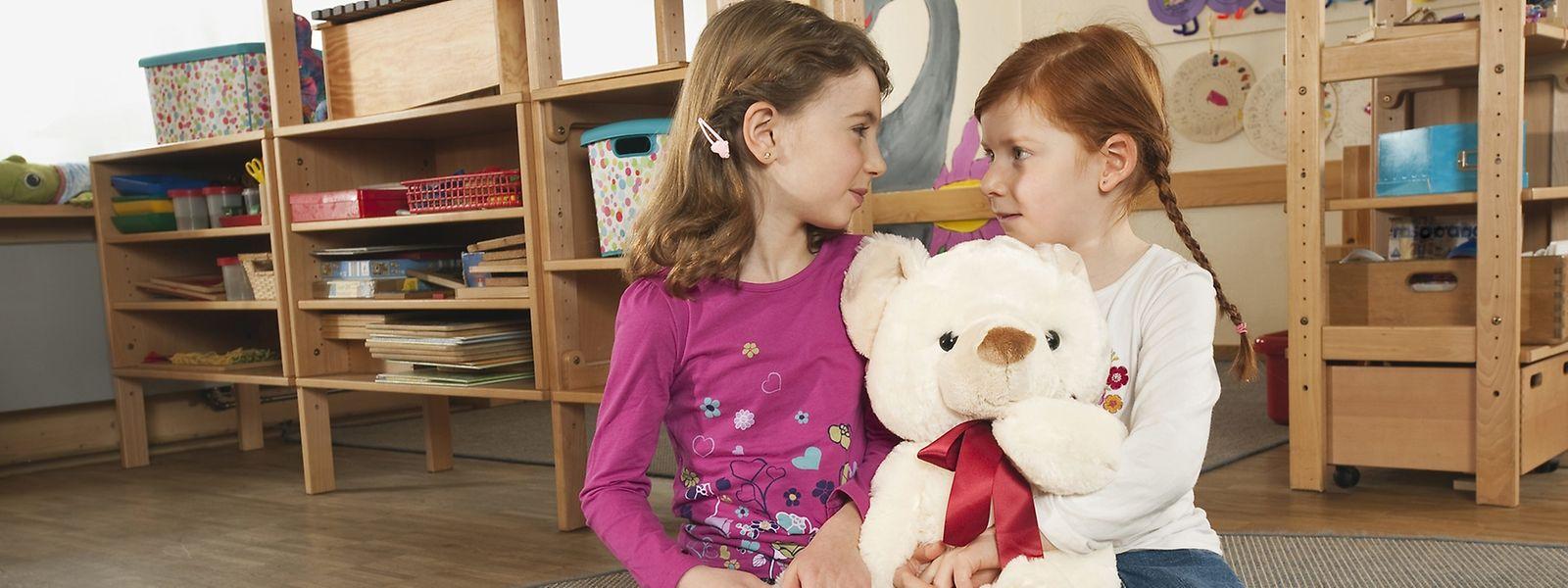 Verschenkt ein Kind seinen Lieblings-Teddy, sollten Eltern der Sache auf den Grund gehen. Hat es ihn freiwillig hergegeben? Oder wurde es subtil erpresst?