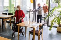 """14.04.2021, Baden-Württemberg, Steinen: Bewohner des Seniorenzentrums Mühlehof kommen zum Mittagessen in das Café """"Kaffeemühle"""". Das Seniorenzentrum Mühlehof hatte Verfassungsbeschwerde gegen Regelungen der Landesbehörde eingereicht, damit sich die gegen Covid-19 geimpften Bewohner der Einrichtung für Betreutes Wohnen wieder im hauseigenen Café """"Kaffeemühle"""" treffen dürfen. Foto: Philipp von Ditfurth/dpa +++ dpa-Bildfunk +++"""