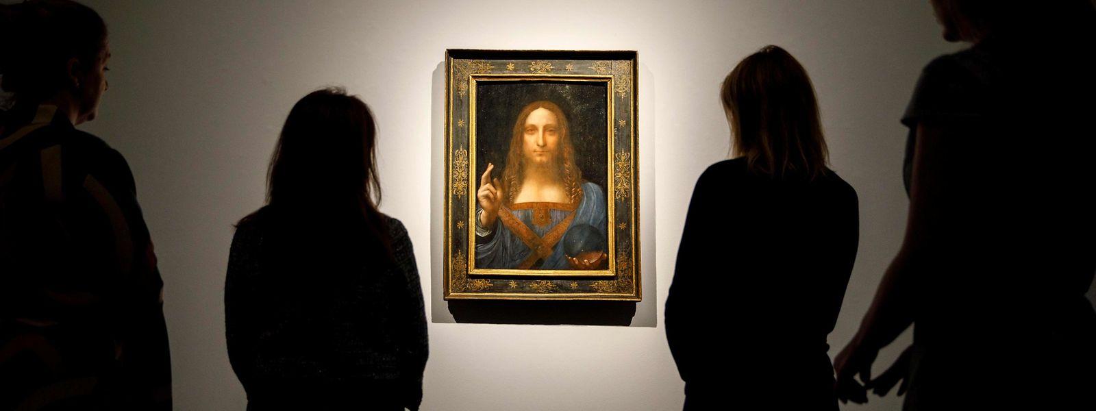 """Christie's Mitarbeiter betrachten Leonardo da Vincis """"Salvator Mundi"""", vor dem Verkauf des Gemäldes im November 2017."""