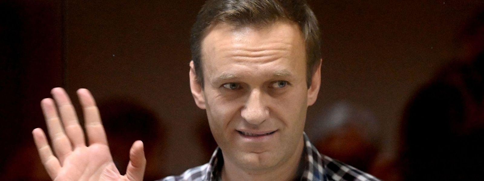 In Moskau verfolgt Alexej Nawalny seinen Prozess hinter einer Glasscheibe.