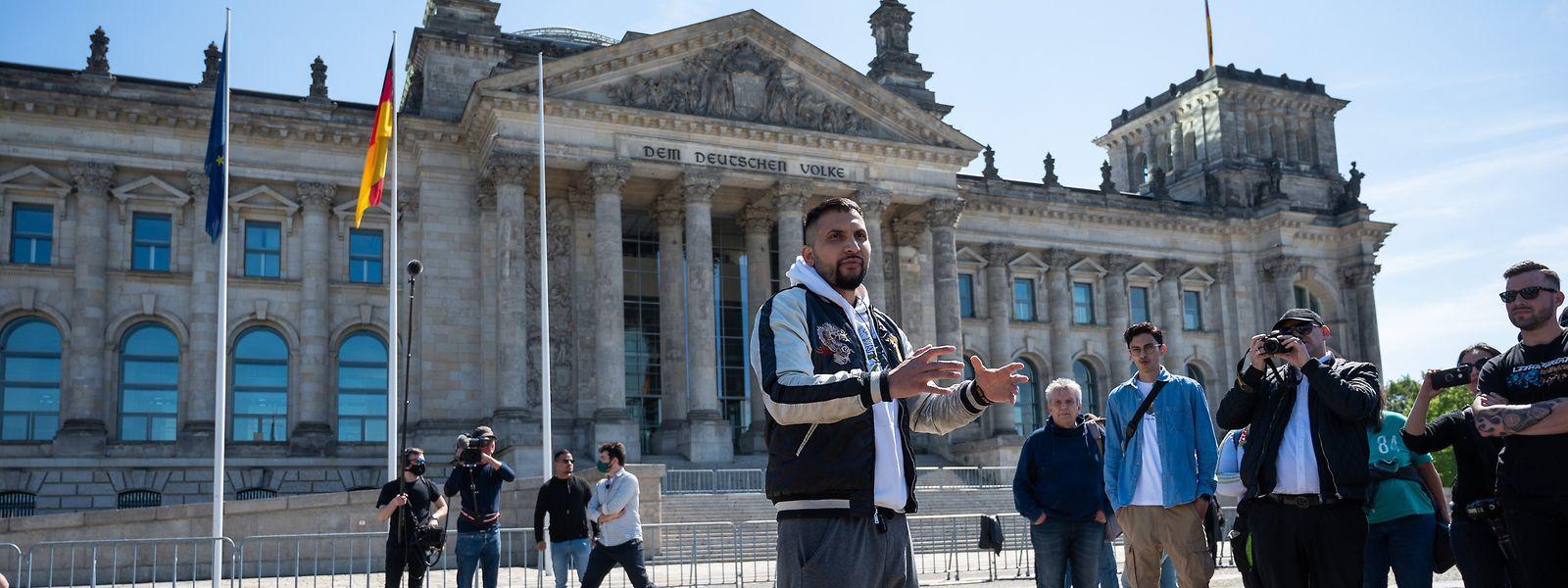 Vegan-Autor Attila Hildmann spricht bei einer Demonstration vor dem Reichstagsgebäude.
