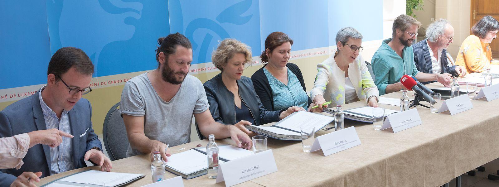 Kulturministerin Sam Tanson (4.v.r.) unterzeichnete gestern sieben Konventionen, die Kulturschaffenden das Leben erleichtern sollen.