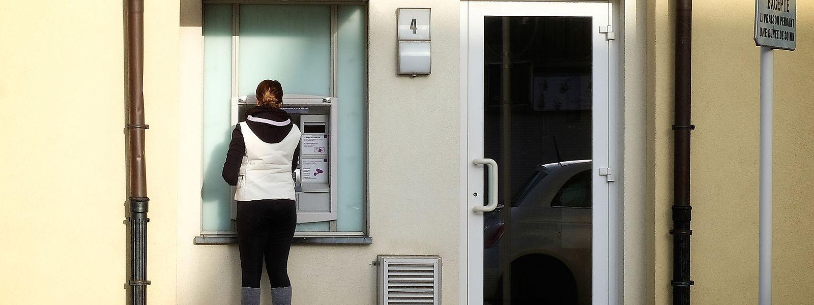 An Geldautomaten auf offener Straße haben Betrüger oftmals leichtes Spiel, um Bankkunden abzulenken.
