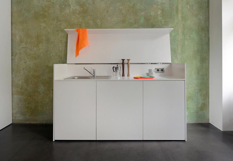 Wie ein Sideboard wirkt die Küche von Jan Rösler. Wird sie nicht gebraucht, kann sie zugeklappt werden.