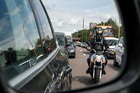 Lokales, Illustration, Verkehr, Mobilität, Stau, Rückspiegel, Motorradfahrer gut sichtbar, Motorrad überholt Spur in der Mitte  Foto: Anouk Antony/Luxemburger Wort