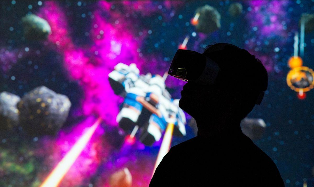 Mit der Brille vor den Augen in virtuelle Welten eintauchen und Raumschiffen hinterherjagen? Virtual-Reality-Brillen wie Samsungs Gear VR machen es möglich.