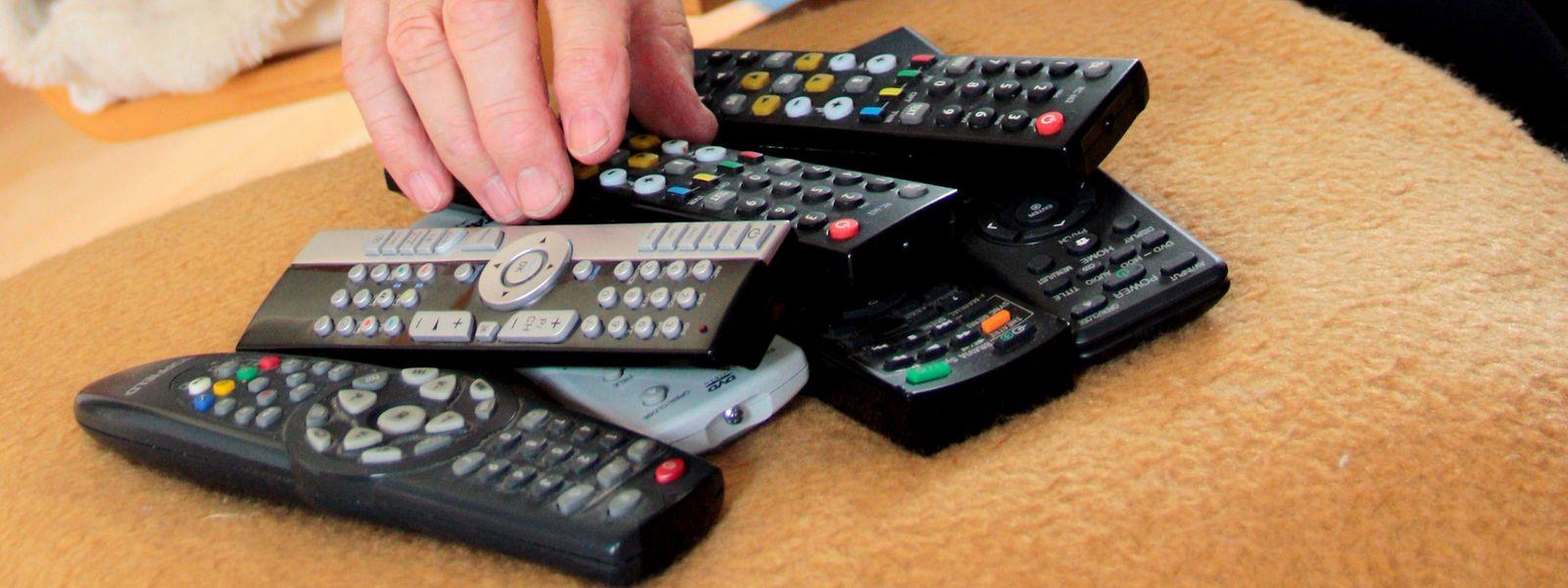 Mit welcher Fernbedienung geht das TV leiser? Wer mehrere auf dem Tisch liegen hat und dabei schnell den Überblick verliert, wünscht sich vielleicht eine Universalfernbedienung.