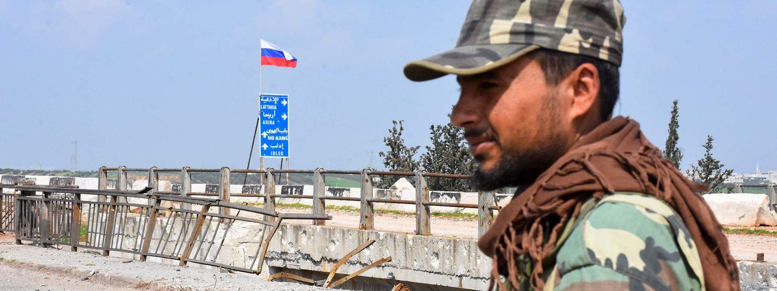 Ein syrischer Soldat patroulliert auf dem Highway M4, der die nördlichen syrischen Provinzen um Aleppo und Latakia verbindet.