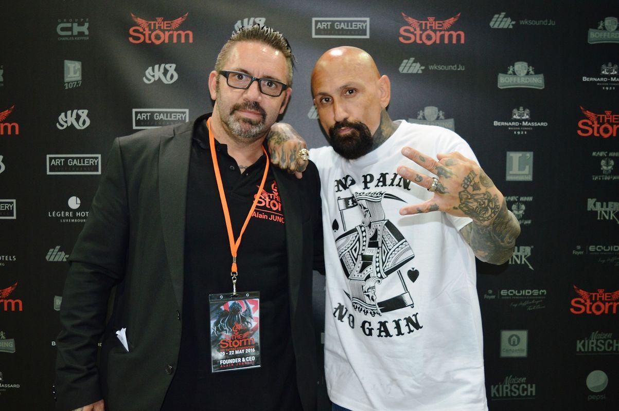 """O luxemburguês Alain Junckel, fundador e organizador da convenção de tatuagens do Luxemburgo, """"The Storm"""", com o actor Robert LaSardo."""