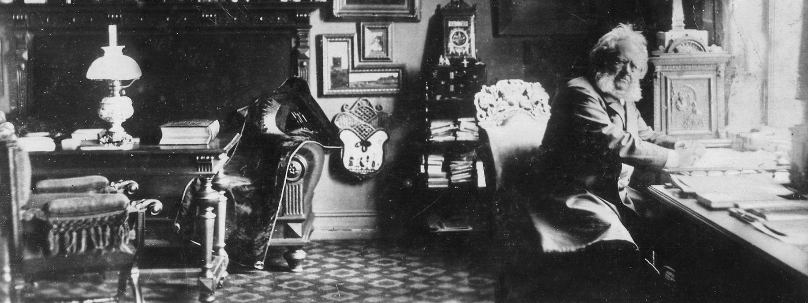 Henrik Ibsen (1828-1906) in seinem Arbeitszimmer.