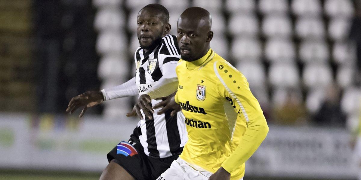 Jerry Prempeh pressé par Momar N'Diaye. L'attaquant de la Jeunesse a inscrit le deuxième but des siens.