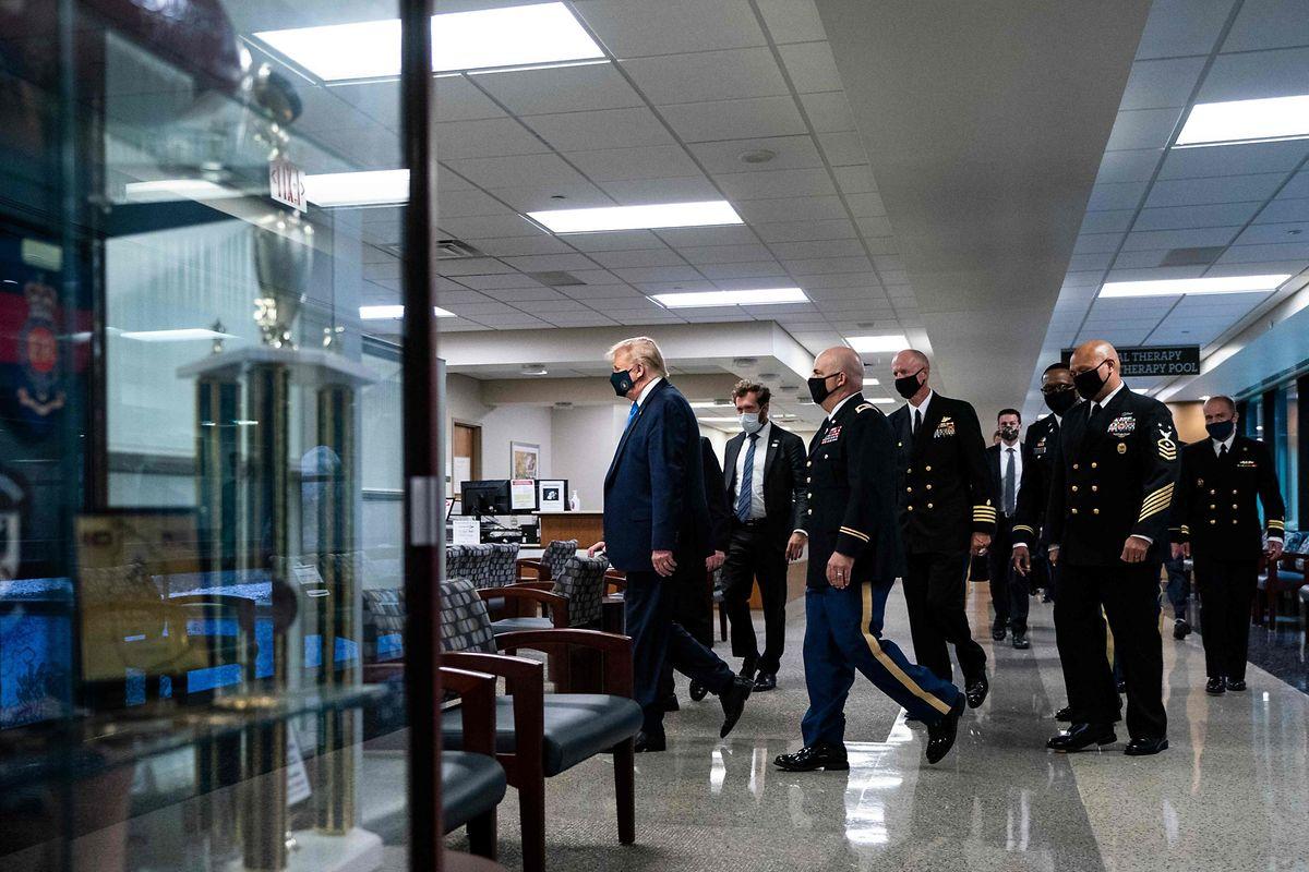 Trump trug die Maske während seines Rundgangs durch das Krankenhaus.