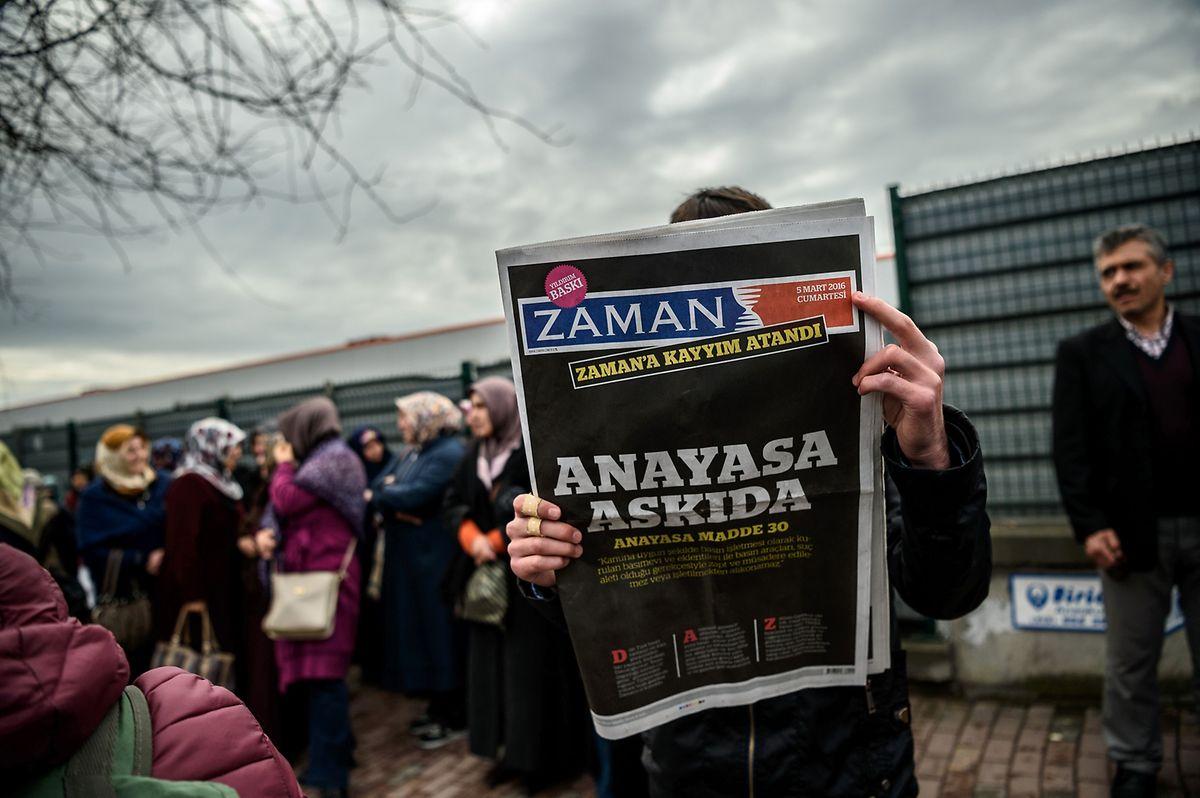 """Türkische Polizisten hatten am Freitagabend das Redaktionsgebäude der Zeitung """"Zaman"""" in Istanbul gestürmt."""
