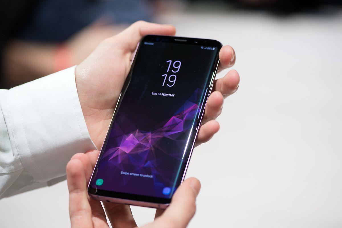 Mit dem Samsung Galaxy S9 und dem größeren S9+ soll auch der Sprachassistent Bixby mehr künstliche Intelligenz in den Smartphone-Alltag bringen. Zum Beispiel bei der Übersetzung von Schrift oder der Bilderkennung.