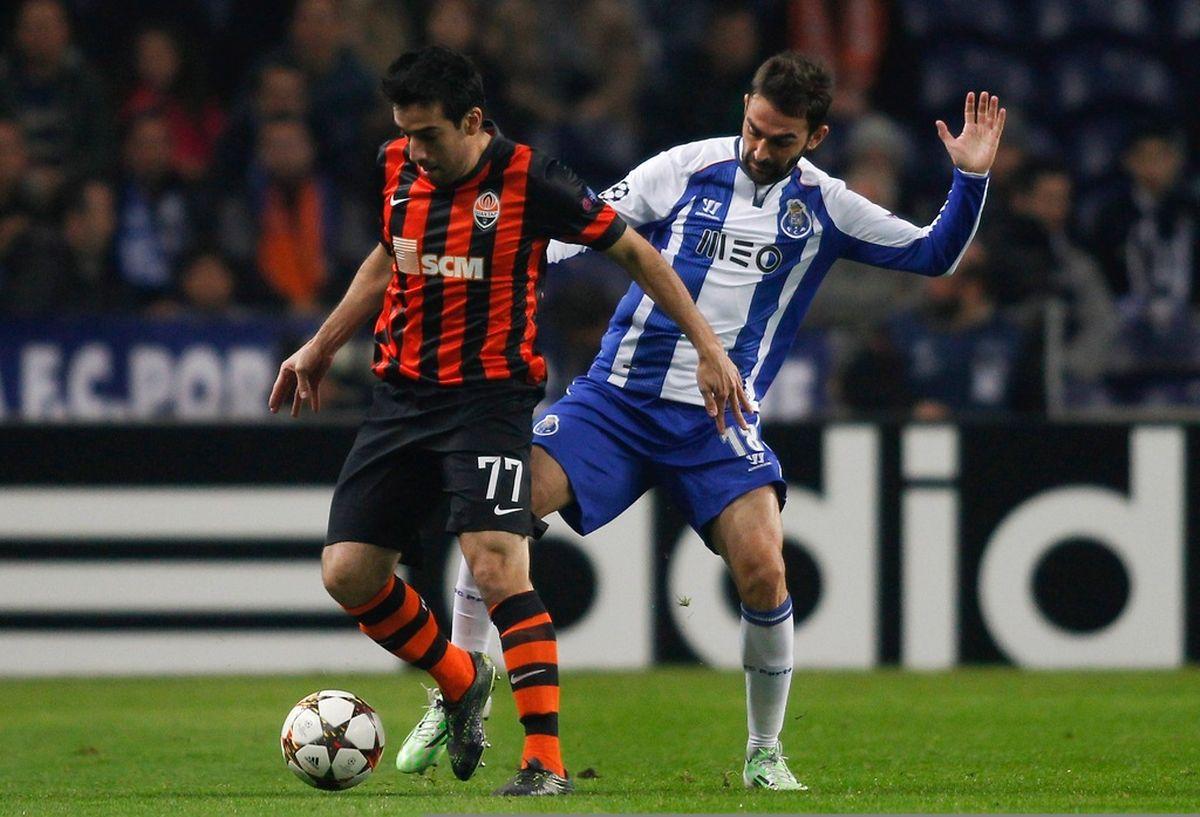 L'arrière-droit du Shakhtar Donetzk Ilsinho Pereira devance Adrian Lopez, du FC Porto au stade du Dragon