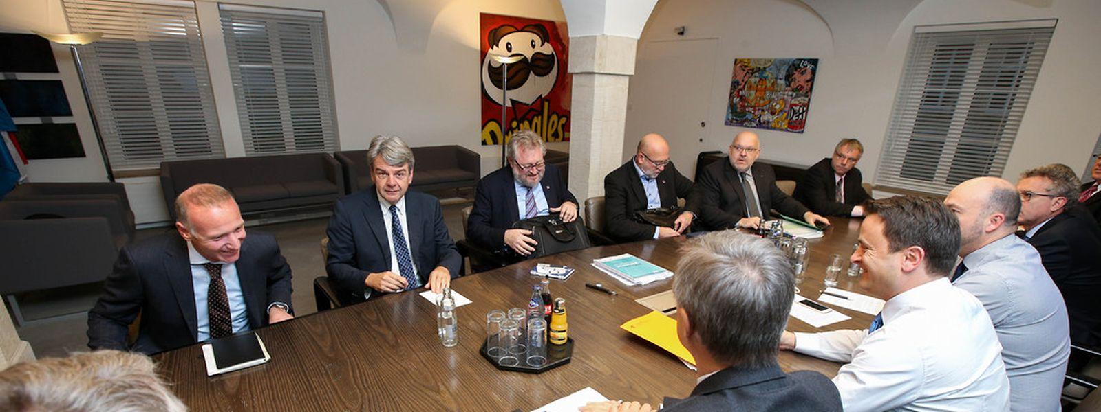 Die Gewerkschaften und die Regierung saßen am Montagmorgen an einem Tisch.