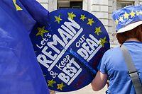 06.08.2019, Großbritannien, London: Eine Demonstrantin protestiert gegen den Austritt Großbritanniens aus der Europäischen Union mit einem Plakat und einem EU-farbenen Hut. Der Anti-Brexit-Protest findet vor dem Cabinet Office in London statt. Foto: Dinendra Haria/SOPA Images via ZUMA Wire/dpa +++ dpa-Bildfunk +++