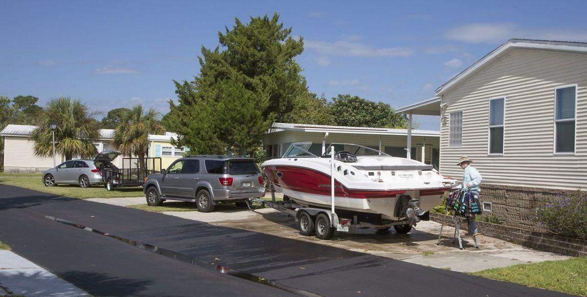 Ein Mann macht sich mit seinem Boot auf den Weg in sichere Regionen der USA.