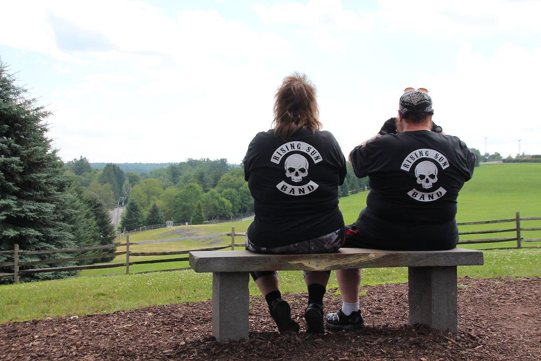 Musik-Fans betrachten das Geländem auf dem 50 Jahre zuvor das Woodstock-Festival stattfand.