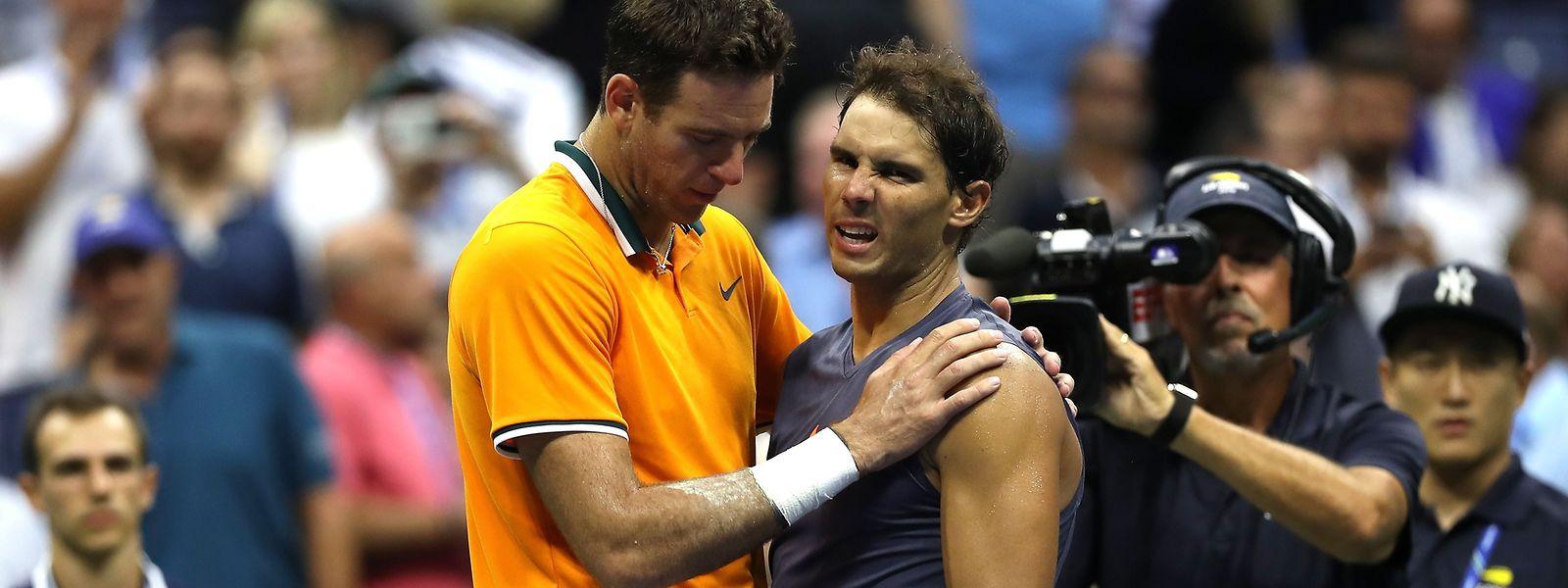 Rafael Nadal erklärt Juan Martin del Potro (l.), warum er nicht weiterspielen kann.