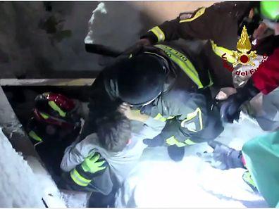 Deux hommes et deux femmes ont été extraits tôt ce samedi matin des décombres de l'hôtel enseveli par une avalanche il y a trois jours au centre de l'Italie.