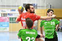 Pierre Veidig, en vert, HB Käerjeng, et Alen Zekan,  Red Boys Differdange / Foto: Stéphane Guillaume