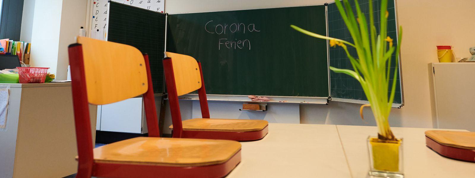 Im Klassenzimmer stehen die Stühle auf den Bänken. Gelernt wird zu Hause.