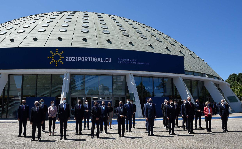 Foto de família dos líderes europeus em frente ao Pavilhão Rosa Mota no Porto, um dos locais que acolheu a Cimeira Social Europeia.