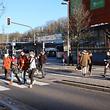 Der Zebrastreifen ist die einzige Möglichkeit für Bahnreisende zur Stadtmitte zu gelangen. Vorige Woche hatte die Polizei hier 17 Fußgänger verwarnt, weil sie bei Rot die Straße überquert hatten.