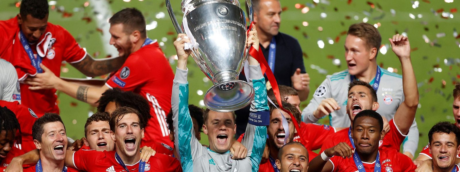 Jogadores do Bayern celebram a conquista do sexto troféu na Liga do Campeões.