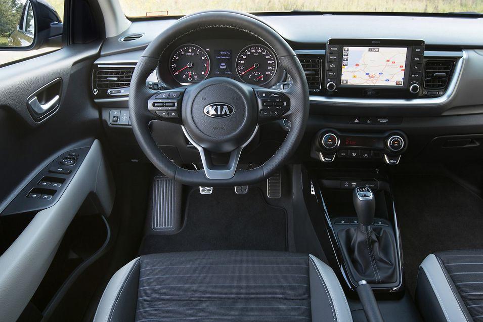 Ob mit oder ohne Farbakzente wirkt das moderne Cockpit aufgeräumt, da viele Bedienfunktionen im Touchscreen integriert sind.