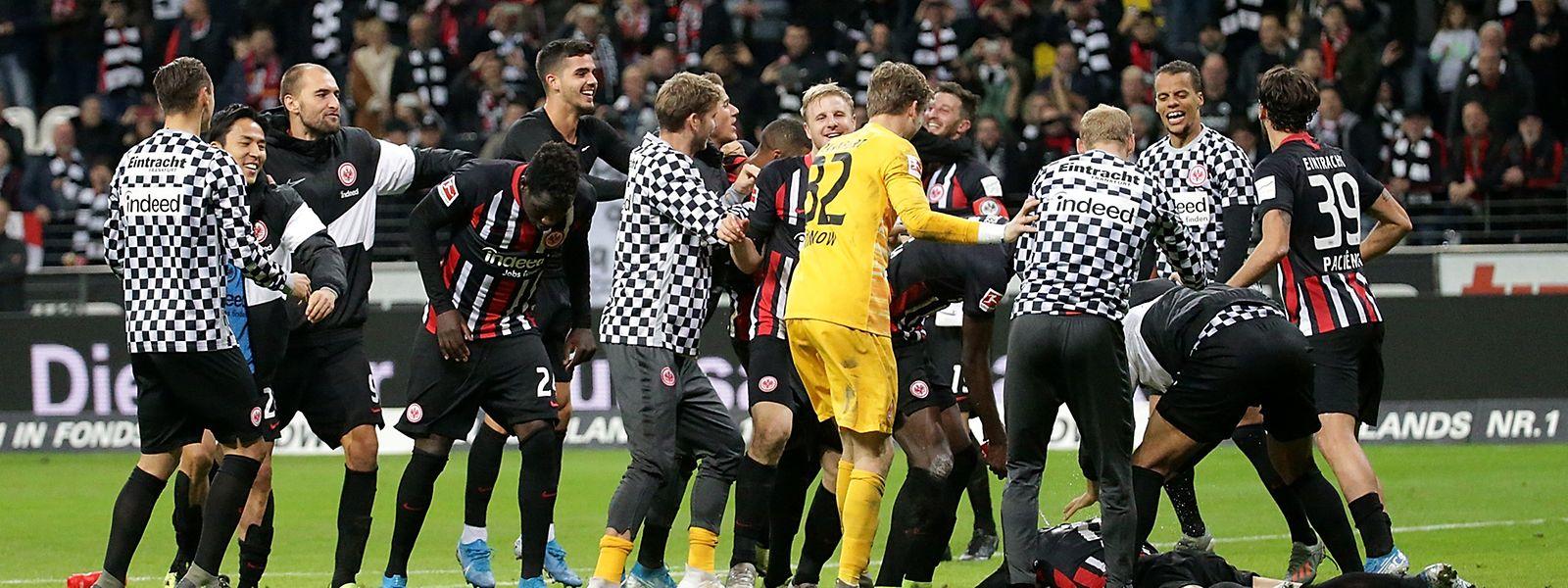 Die Frankfurter Mannschaft jubelt über ihren Sieg.