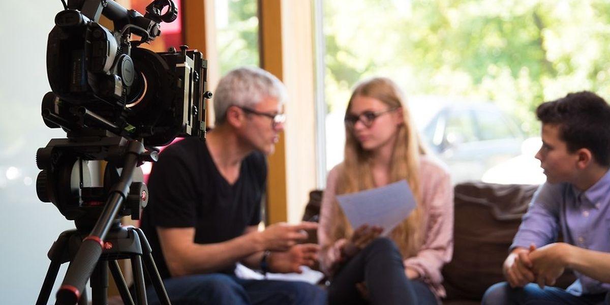 Les élèves acteurs avec leur professeur et metteur en scène Jean-François Rouanet, en plein tournage, en juin 2017.