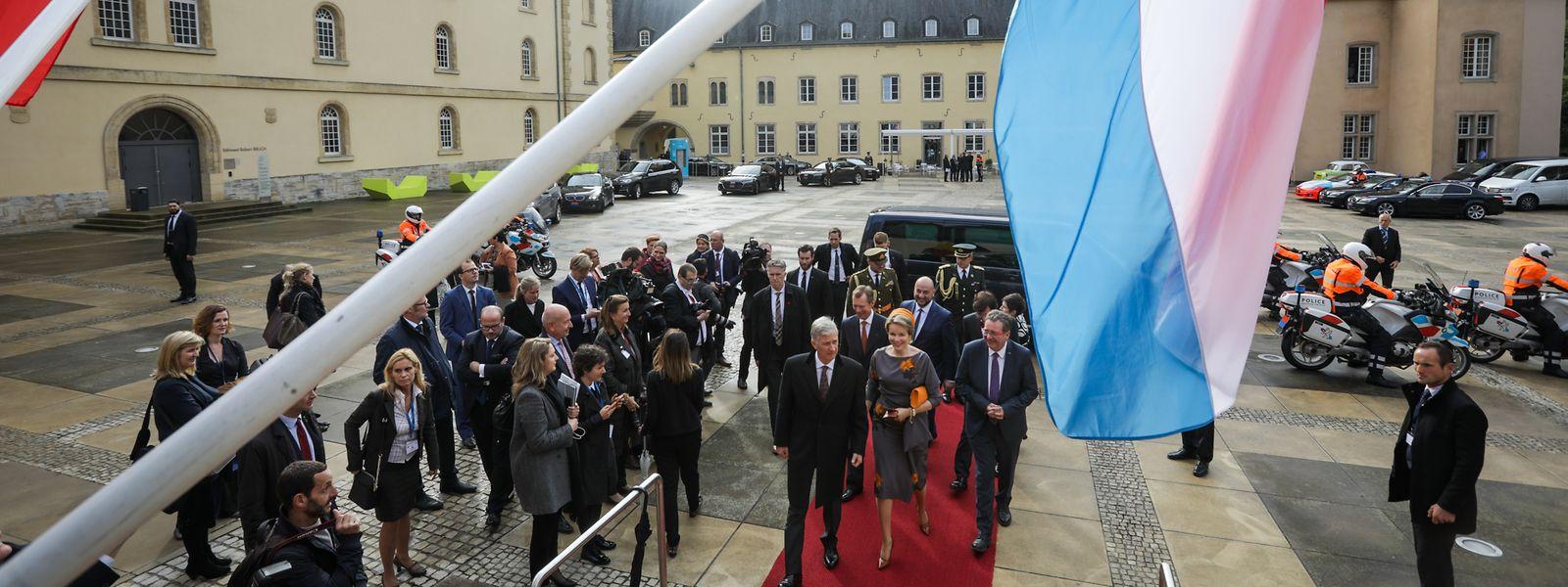 Das belgische Königspaar und Großherzog Henri bei ihrer Ankunft in der Abtei Neumünster.